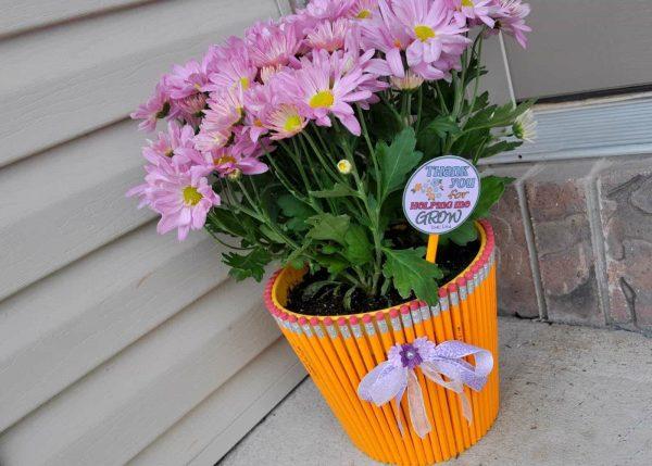 Декор цветочного горшка карандашами