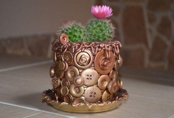 Декор цветочного горшка пуговицами