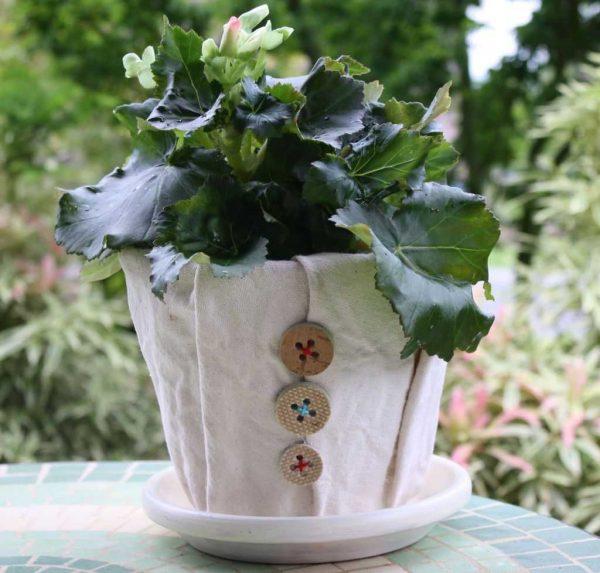 Декор тканью и пуговицами цветочного горшка