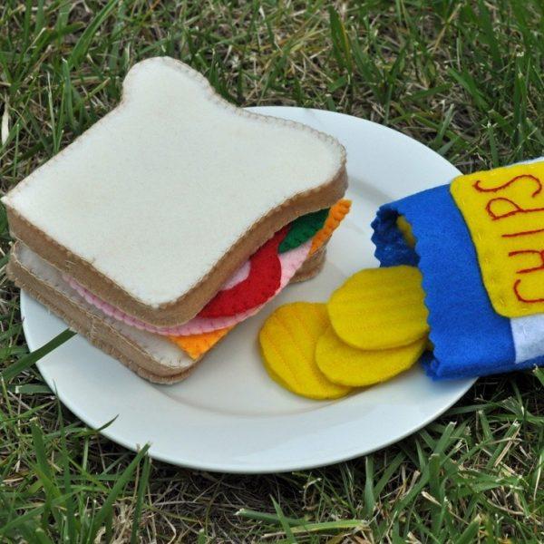 Бутерброд и чипсы из фетра