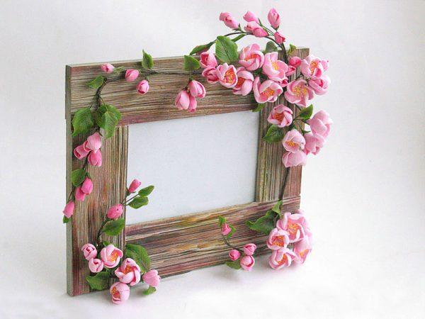 Фоторамка из деревяшек и цветов