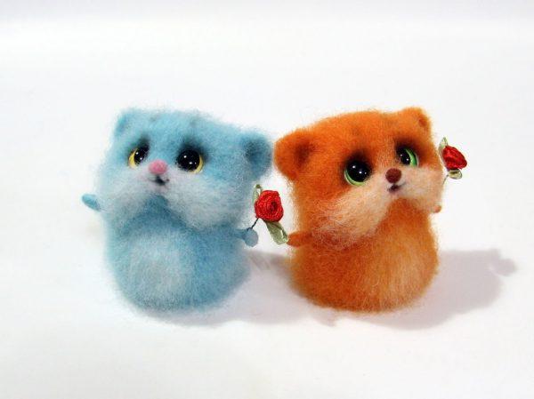 Пара котиков с розочками в технике валяния