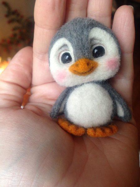 Брошка-пингвинёнок в технике валяния