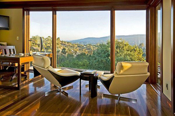 Красивый вид из окна кабинета
