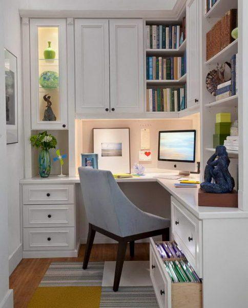 Мини-офис в углу комнаты