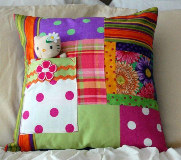 Лоскутная подушка с кармашком