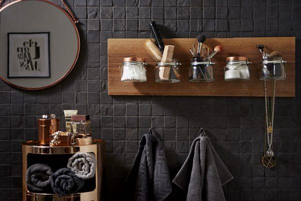 Стеклянные баночки для хранения на стене