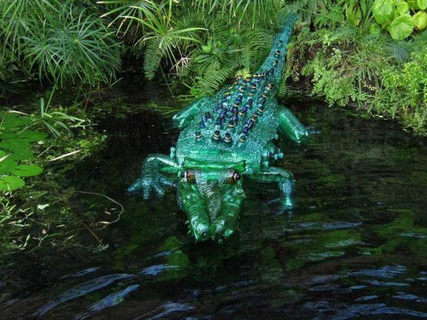 Крокодил из пластиковых бутылок