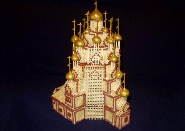 Высокий храм из спичек