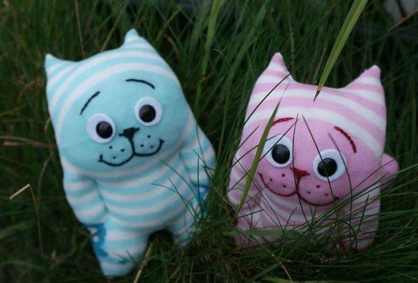 Полосатые коты из носков