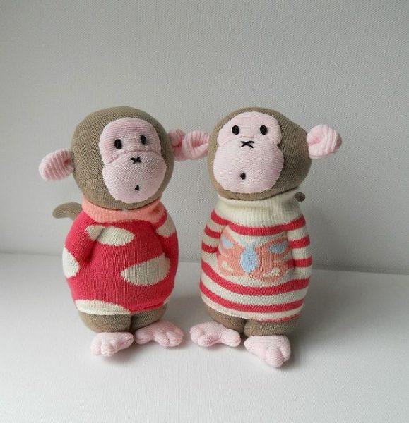 Обезьянки в свитерах из носков