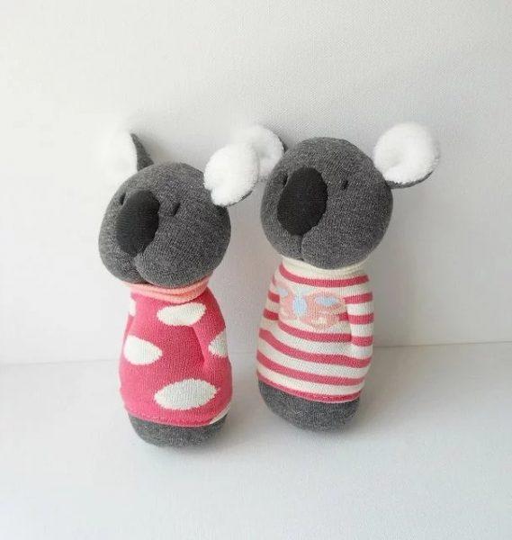 Коалы в свитерах из носков