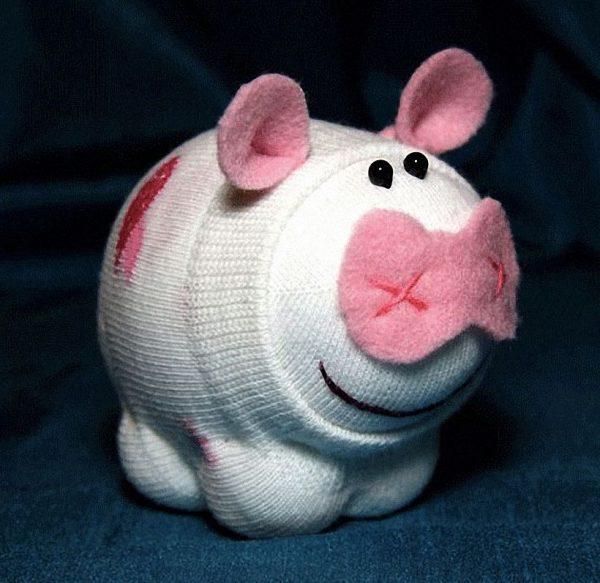 Маленькая свинка из носков
