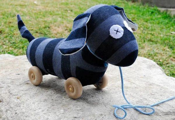 Собака на колёсиках из носка