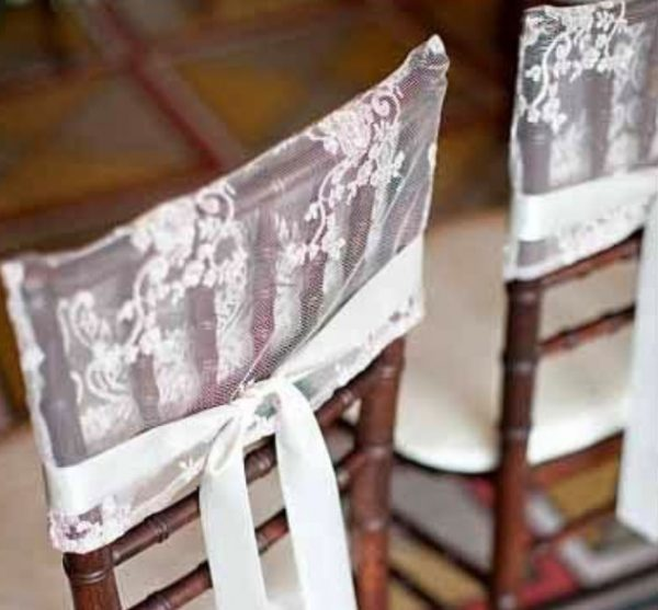 Украшенные тюлем стулья