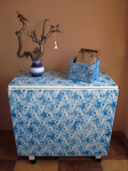 Стол-раскладушка, украшенный тюлевым рисунком