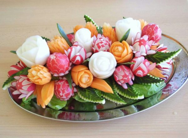 Тарелка с вырезанными овощами и фруктами