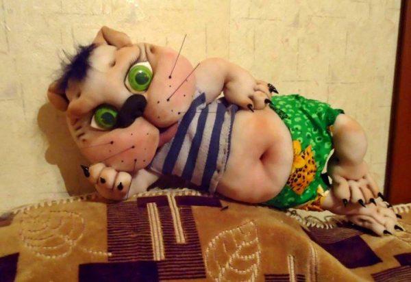 Кот на диване из капроновых колготок