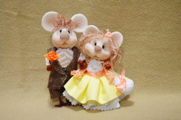 Пара мышек из капроновых колготок