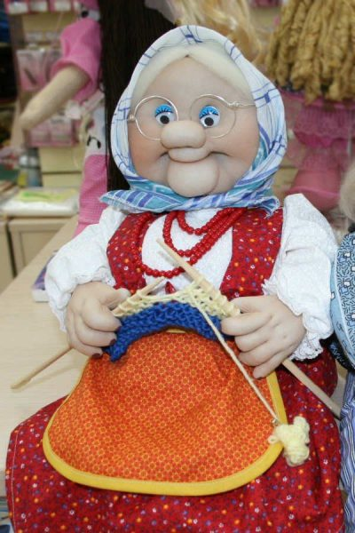 Бабушка за вязанием из капроновых колготок