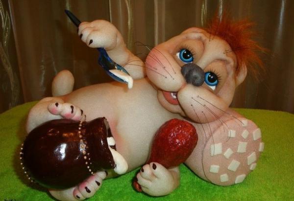 Кот с колбасой и сметаной из капроновых колготок