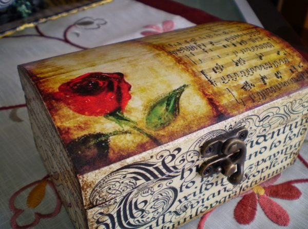 Шкатулка с розой и нотами в технике декупаж
