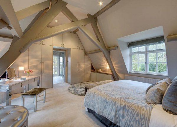 Спальня в светлых тонах в мансарде
