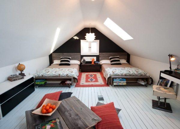 Гостевая комната с двумя кроватями в мансарде