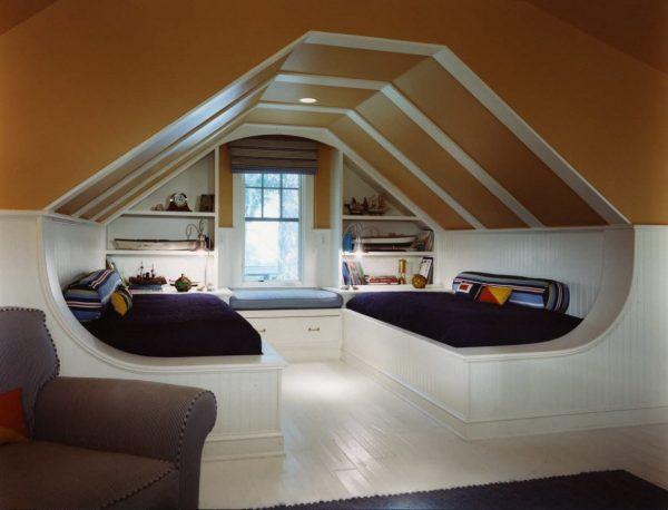 Стильная комната для двоих на чердаке