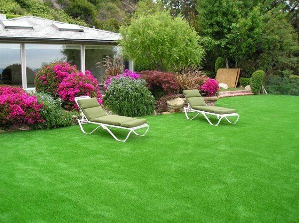 Сад с искусственным газоном