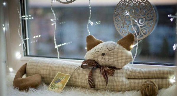 Подушка-котик на окне