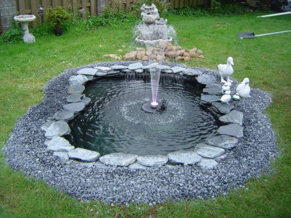 Украшение фонтана камнями