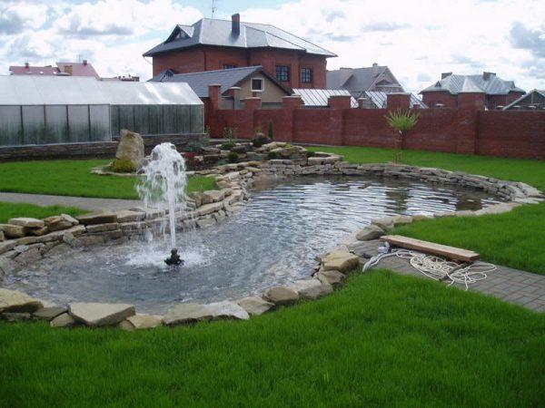 Большой водоём на садовом участке