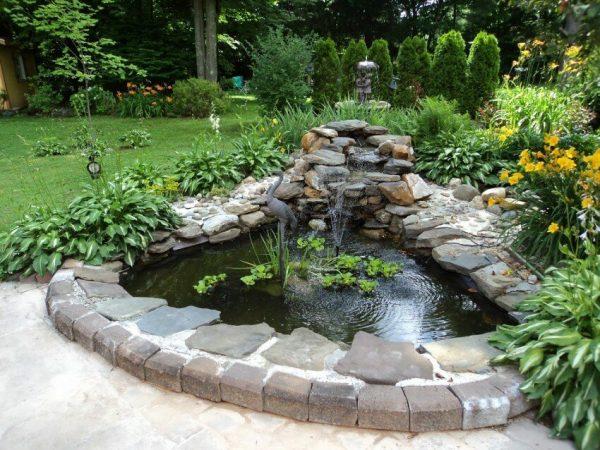 Горка и насаждения у фонтана