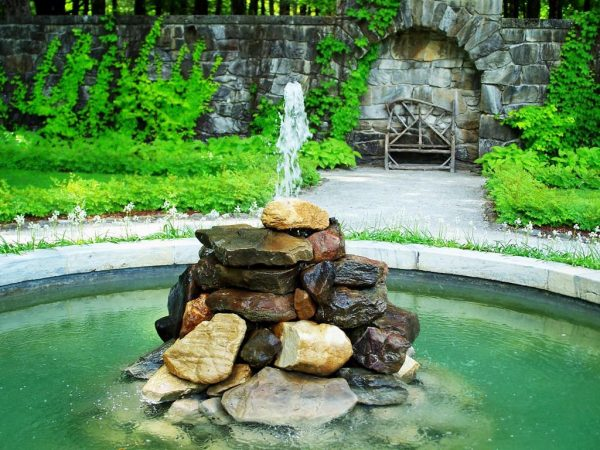 Горка из камней в центре фонтана