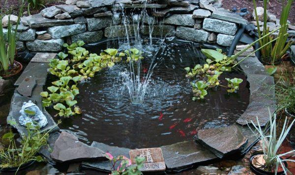 Круглый небольшой фонтан