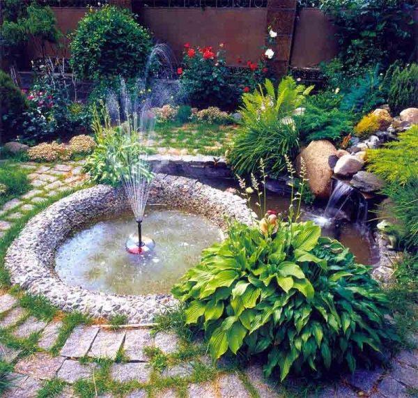Небольшой фонтан на садовом участке