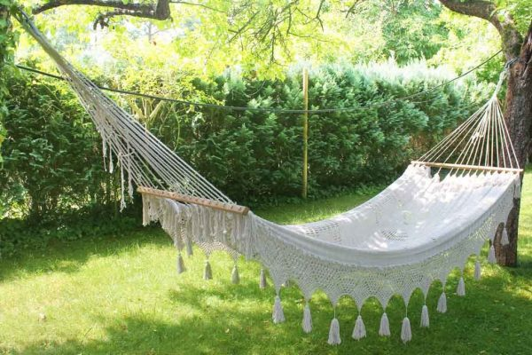Плетёный гамак на даче