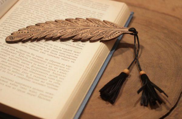 Деревянная закладка в виде пера