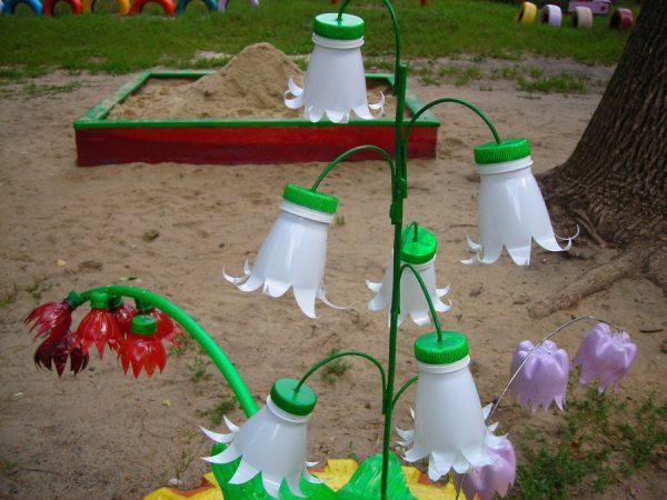 Белые пластиковые цветы