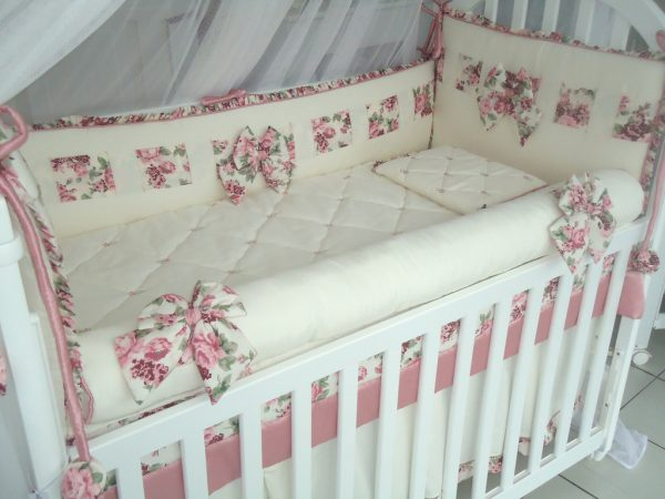 Светлые бортики в кроватку