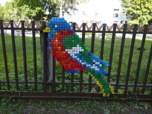 Попугай из пластиковых крышек