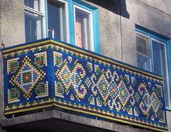 Балкон, украшенный пластиковыми крышечками