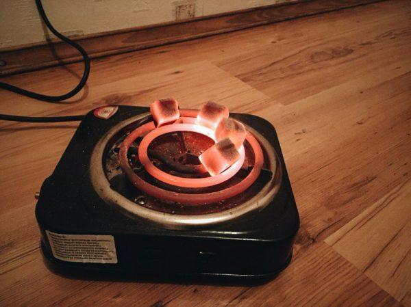Способ разжечь кальянный уголь на плите