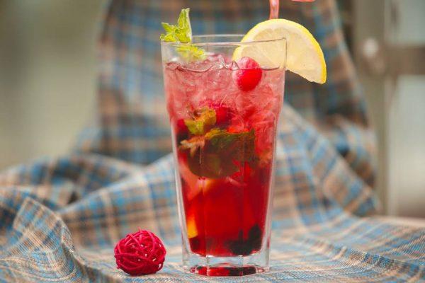 Газированный лимонад с ягодами