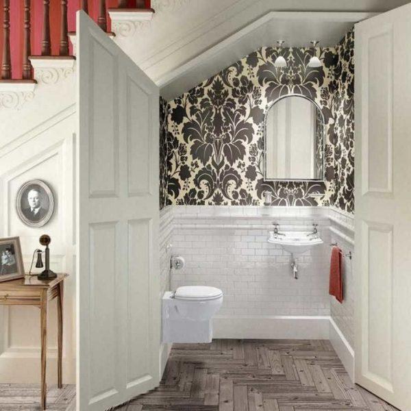 Полноценный туалет под лестницей