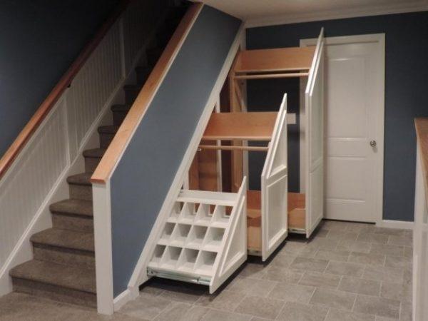 Выдвижные шкафы под лестницей