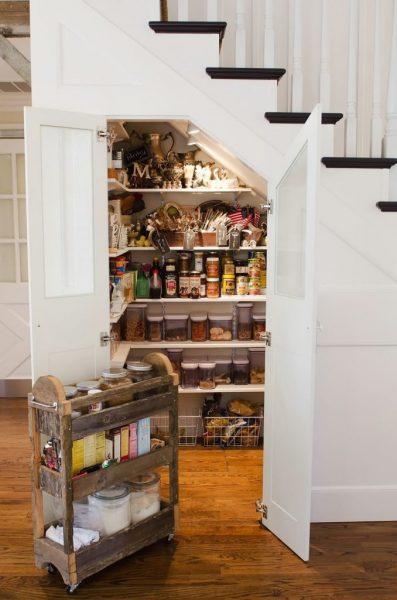 Хранение продуктов под лестницей