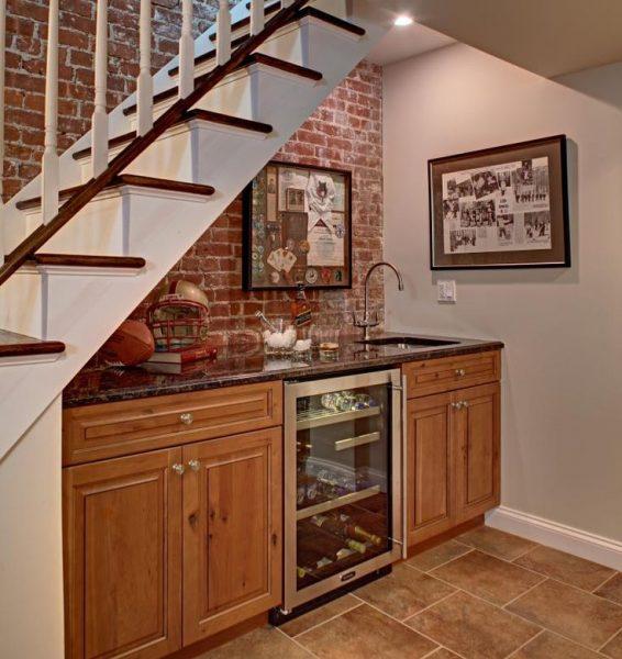 Полноценная кухня под лестницей