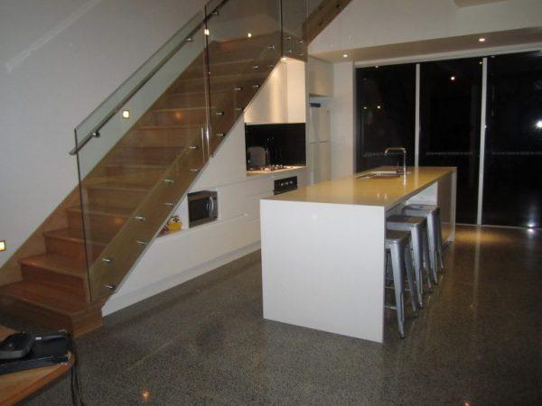 Кухня под лестницей с островом
